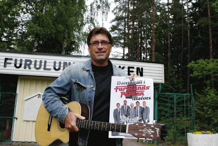 Kenny Samuelsson, sångare och tillika gitarrist i dansbandet Streaplers, ser fram emot fredagens spelning i Furulundsparken.