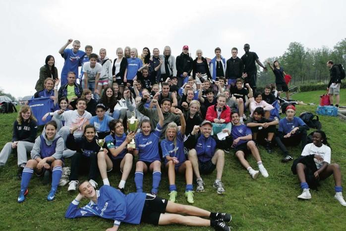 Segerrusiga elever från Kyrkbyskolan jublar efter vinsten i Alekampen, som avgjordes på Sjövallen i tisdags.