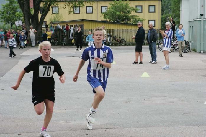 Sida vid sida över mållinjen. Segrare i Nolvarvet 2011 blev Jennifer Henrysson och Sebastian Kinnander.