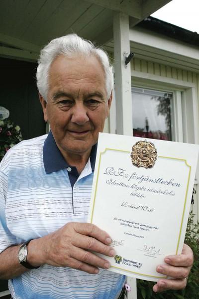 Roland Wall har tilldelats Riksidrottsförbundets förtjänsttecken i guld för mångåriga insatser inom föreningslivet. 52 år i Alvhems IK:s styrelse säger en del.