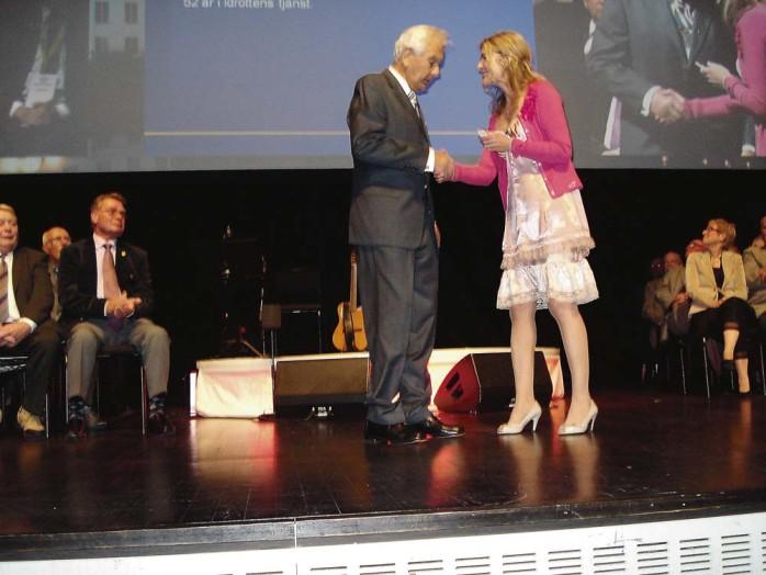 RF:s ordförande Karin Mattsson Weijber delade ut guldnålen i samband med en ceremoni i Uppsala den 28 maj.
