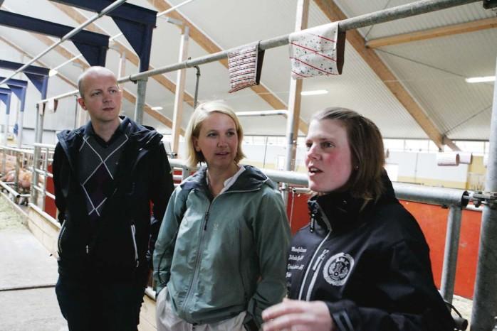 Maria Eliasson på Hagens lantbruk beskriver arbetssituationen för kommunalråden, Mikael Berglund (M) och Paula Örn (S).