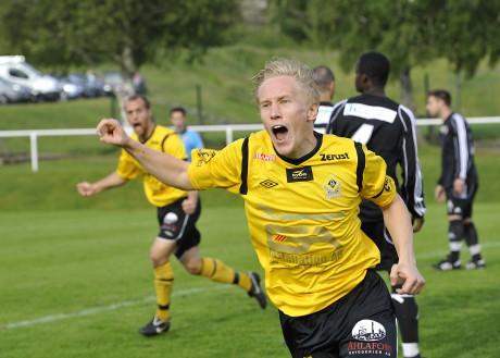 Försvararen Henrik Andersson skriker ut sin glädje efter att ha skallat in 1-0 på hörna redan i matchens inledning.