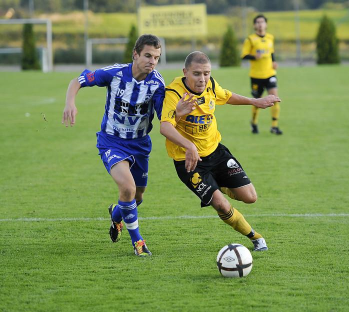 Niclas Elving trycker sig förbi sin motståndare. Ett mål och två assist blev ÖIS-förvärvets facit i 6-2-segern mot IFK Trollhättan.