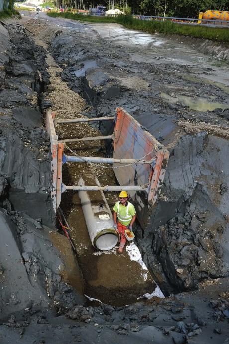 Ny dagvattenledning dras fram i norra Lilla Edet med många djupa schakter som följd. I leran ses Torbjörn Andersson.
