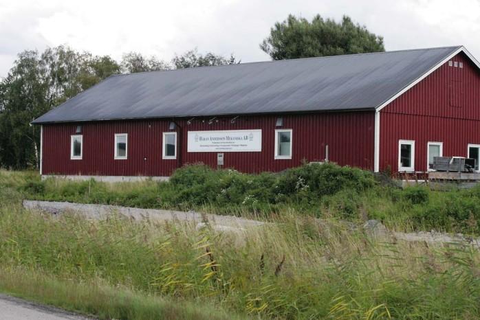 Håkan Anderssons planerade utbyggnad har kantats av bekymmer från tidig start. Inte ens när entreprenören för nya lokalvägen gräver av värmeslangarna för bergvärmen till den befintliga verkstan ersätts företaget.