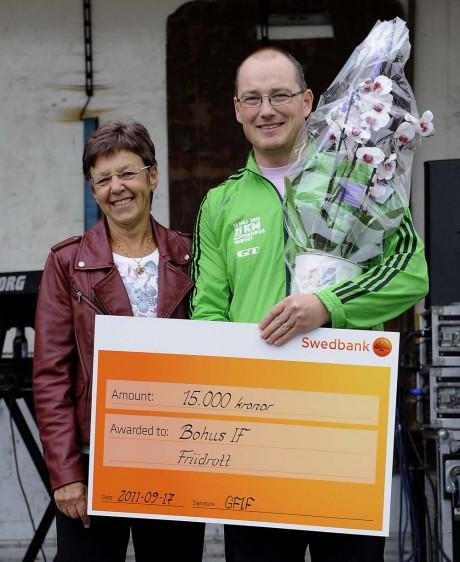 Invigningspresent. Per Carlsson fick ta emot en gåva till Bohushallen på 15 000 kronor av Göteborgs friidrottsförbunds ordförande Karin Lundgren. Pengarna ska användas till redskap för att kunna utveckla friidrotten ytterligare.