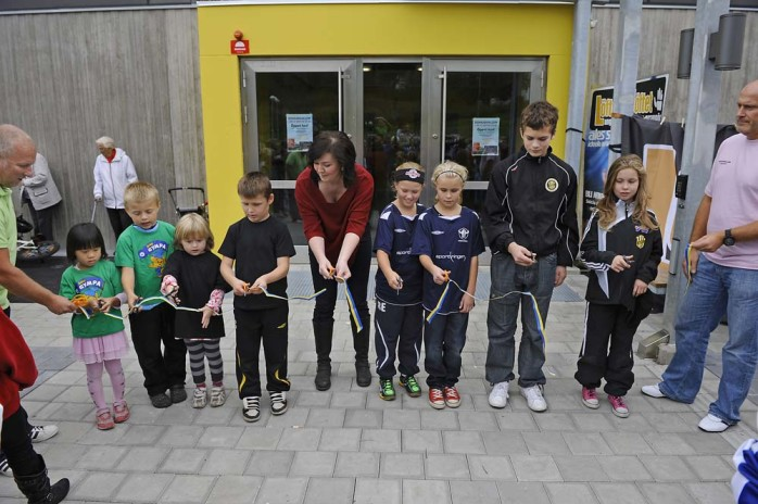 Bandet klipptes. Kultur- och fritidsnämndens ordförande Isabell Korn (M) klippte bandet tillsammans med barn från de olika idrottsföreningarna.