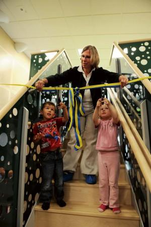 Barnen fick själva klippa bandet i samband med invigningen av Äppelgårdens förskola. Verksamhetschef Lena-Maria Vinberg assisterar Dino och Ella, båda 4 år.