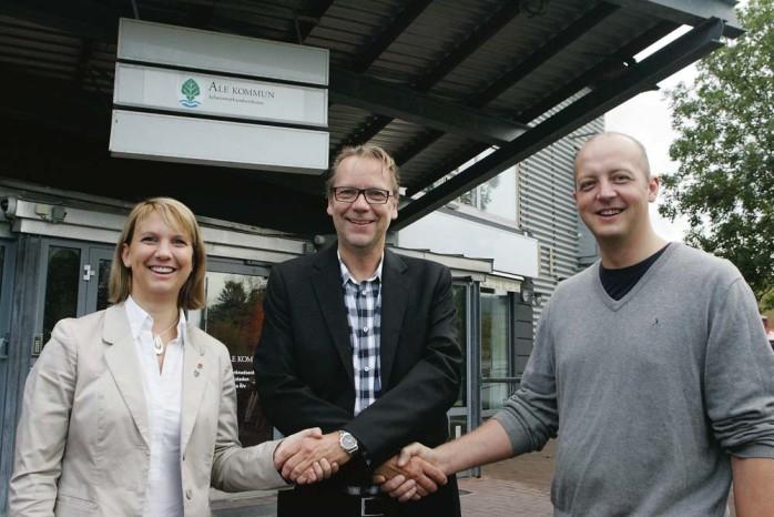 De båda kommunalråden, Paula Örn (S) och Mikael Berglund (M), välkomnar den nye kommunchefen Erik Lidberg, som tillträder sin tjänst i mitten av december.