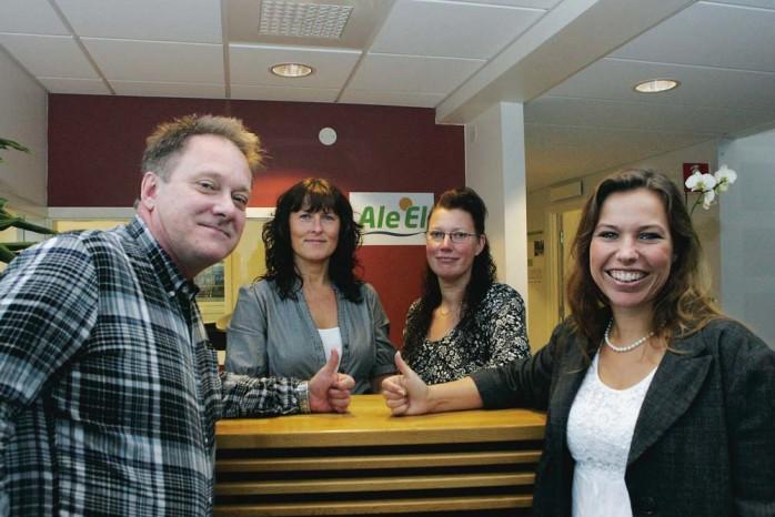 Tummen upp för Ale El! Stefan Brandt, Yvonne Samuelsson, Carina Falk och Malin Flysjö kan konstatera att de inledande veckorna för elhandelsbolaget överträffat förväntningarna.