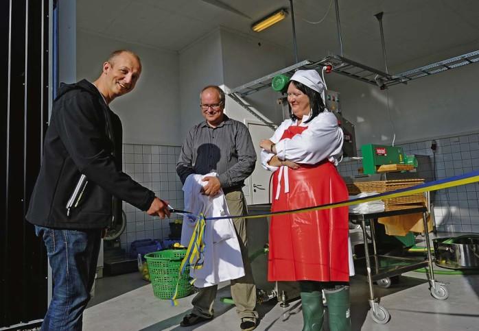 I fredags invigdes musteriet på Ales Äppelgård. Kommunstyrelsens ordförande, Mikael Berglund, klippte det blågula bandet under överinseende av ägarna Maud Hjort och Torbjörn Jonson.