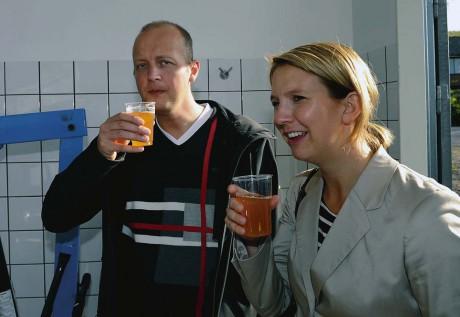 Kommunalråden Mikael Berglund och Paula Örn lät sig väl smaka av äppeldrycken som serverades.