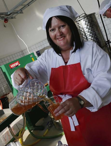 Äppelsorten Filippa utgjorde grunden för den invigningsdryck som Maud Hjort hällde upp.