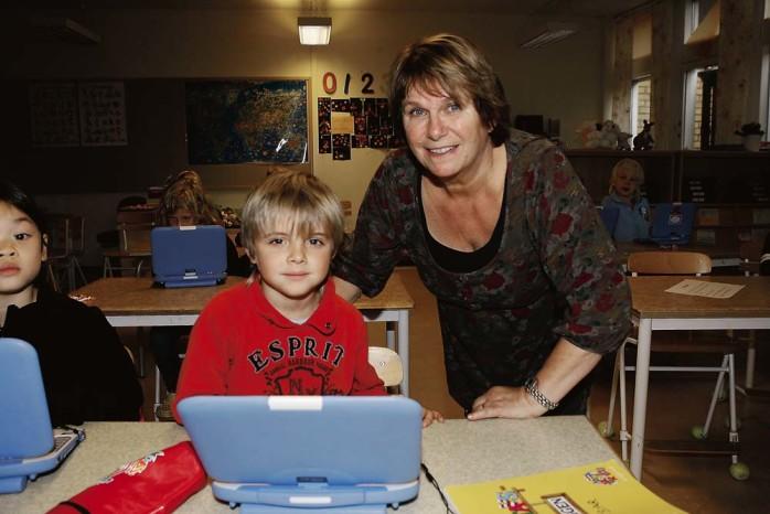Rolig undervisning. Cesar Björk i klass 1 Orange på Nödingeskolan får hjälp med Power Point av Britt-Marie Hagman.