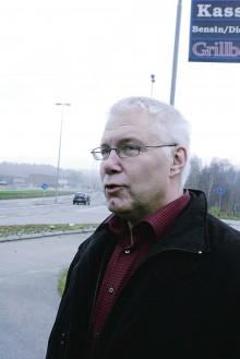 Jan-Evert Rådhström, moderat vice ordförande i Trafikutskottet, kom till Lilla Edet i måndags för att informera sig om situationen runt E45 och särskilt problematiken runt de så kallade flaskhalsarna i Göta och Torpabron.