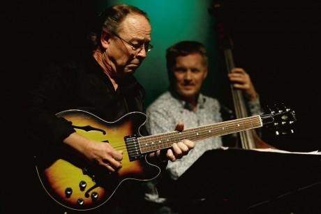 Sveriges bästa jazzgitarrist? Ewan Svensson bjöd på en imponerande uppvisning i konsten att hantera strängarnas instrument.