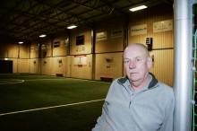 Hans Ulriksson berättar om den investering som gjorts i Alehallen med sex nya luftvärmepumpar.