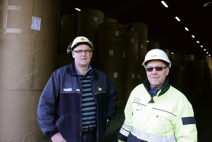 Thomas Lundin (t h) har arbetat på kartongbruket sedan 1967. Han vägrar tro att loppet är kört. Reine Andreasson, avdelningsordförande på Pappers, lever också på hoppet.