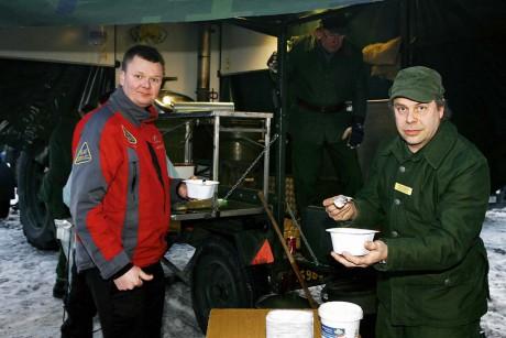 Kent-Arne Axelsson serverade Alebackens ordförande John Hansson en magiskt god gulasch.