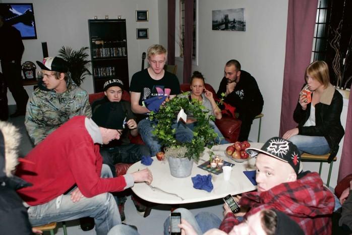 Ungdomarna gläds över sin nya mötesplats i norra Älvängen.