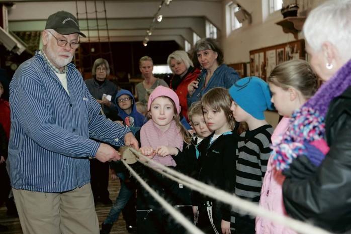 Populär sportlovsaktivitet. Många barn kom till Repslagarmuseet för att få slå rep med Bernt Larsson.