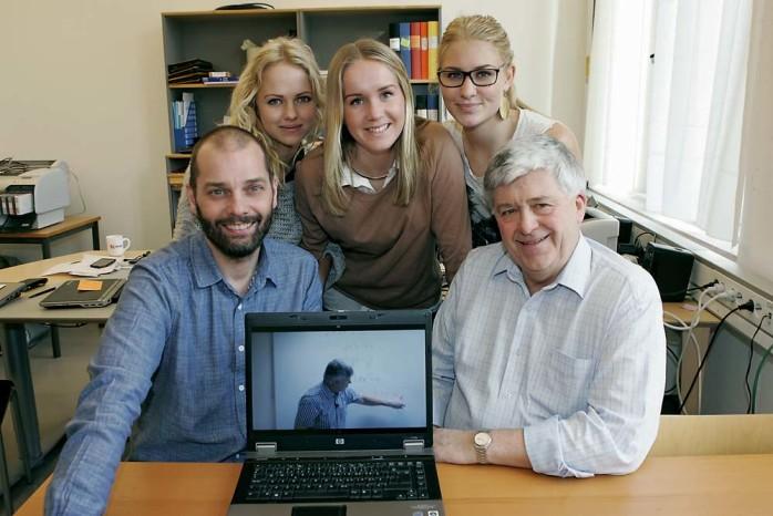 På Youtube. Matematikläraren Svante Muncker (till höger) har filmats av IT-pedagogen Peter Lindberg (till vänster) när han förklarar andragradsekvationer. Idén kom från eleverna Anna Svensson, Josefin Axberg och Jennie Forslund.