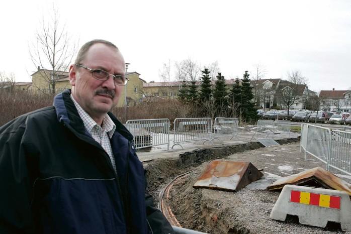 Arbetet med att bygga nya lägenheter och verksamhetslokaler i centrum har påbörjats. Leifabs t f ordförande Lars Ivarsbo gläds över att projektet äntligen kommit igång.