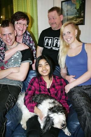 """Familjeglädje. För Tobias Kalkemyr, Nina Kalkemyr, Jörgen Karlsson och Emelie Kalkemyr är utbytesstudenten Yanisa """"Nang"""" Dussadeethammo en del av familjen.  Även hunden Alex har fäst sig vid henne."""