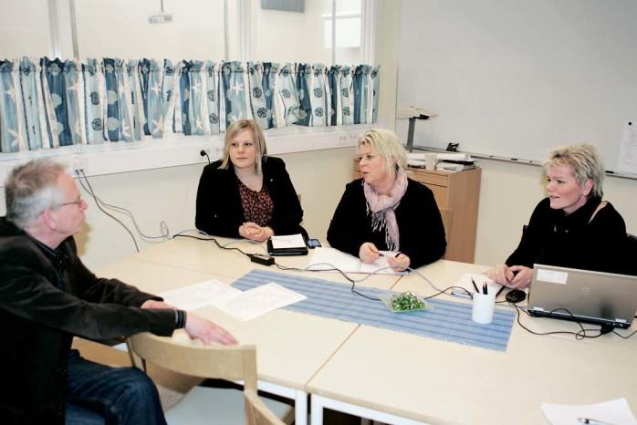 De moderata riksdagskvinnorna Jenny Pettersson och Camilla Waltersson Grönvall besökte Arbetsförmedlingen Ale/Lilla Edet i förra veckan. Här samspråkar de med Arbetsförmedlingens handläggare, Linda Friberg, och Arbetsmarknadsenhetens verksamhetschef, Lennart Bergius.