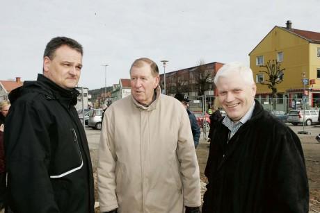 Leifabs vd Owe Lång i samspråk med den tidigare näringslivsutvecklaren i kommunen, Kjell Hermansson, och Leifabs blivande styrelseordförande Bert Åkesson.