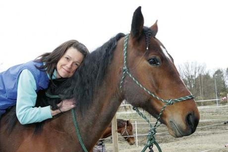 """Fäst vid sin häst. När Maria """"Ayla"""" Ottosson kommunicerar med sin häst Berra får hon ofta upp bilder som hon återger på papper."""