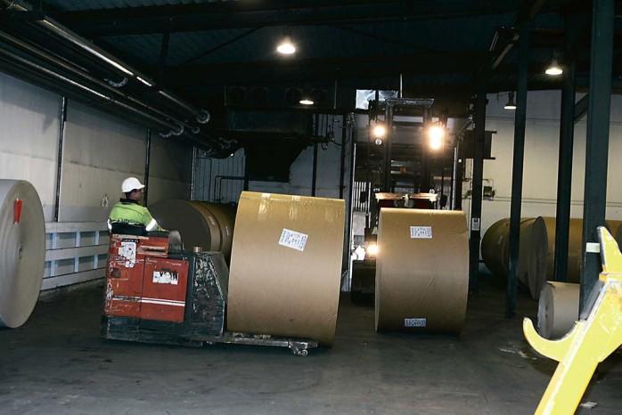 vt slut för Inlands kartongbruk. I onsdags stannade maskinerna för gott. Tagna arbetare konstaterade att epoken är över. Tidigare platschefen, Lars Alsterhäll, är den enda som har ett uppdrag kvar – att försöka sälja maskinerna och återställa fabriksområdet.