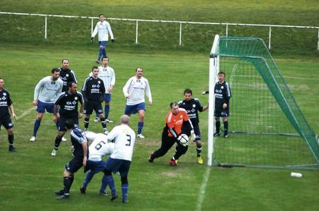 Mycket folk framför NSK-buren, men duktige Marcus Larsson höll tätt denna gång. 1-1 slutade derbyt mellan Nödinge SK och Älvängens IK.