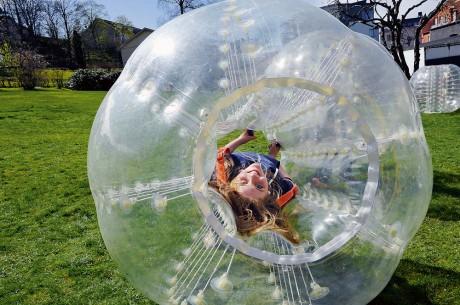 Ett nytt fenomen för den som gillar att roa sig. I gummibollen gömmer sig Elin Gustafsson, 13, från Starrkärr.