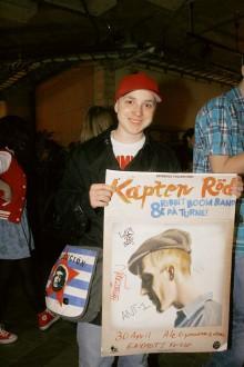 Fredrik Lundborg, Älvängen, stod längst fram i kön och fick den första signerade affischen av Kapten Röd.