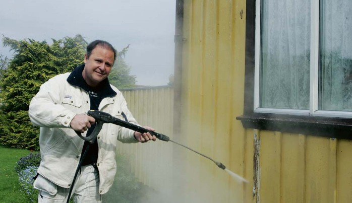 Jan Åberg driver egen målerifirma sedan 1997. Förra helgen utnämndes han till Årets företagare i Lilla Edet.
