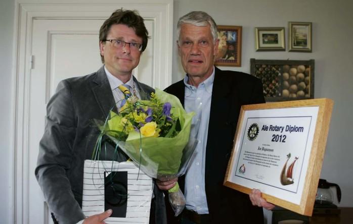 Jan Ragnarsson mottog Ale Rotarys diplom av presidenten Claes Andersson.