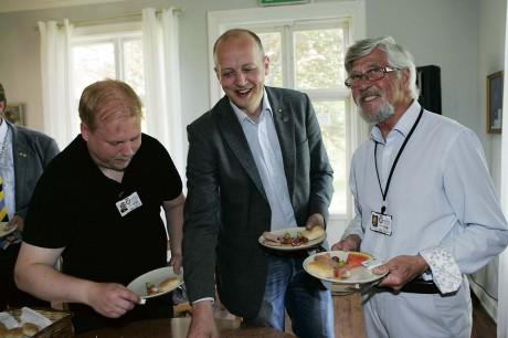Erik Karlsson och Arne Ravegård tillsammans med Kommunstyrelsens ordförande Mikael Berglund (M).