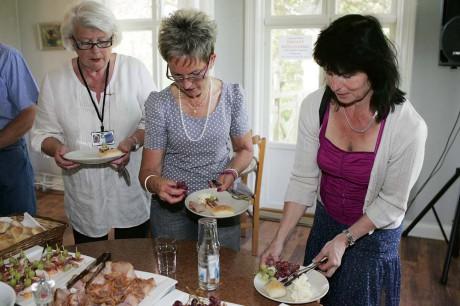 Katarina Johansson, Rosalill Emegård och Bodil Ahnoff lät sig väl smaka av den somriga buffén.