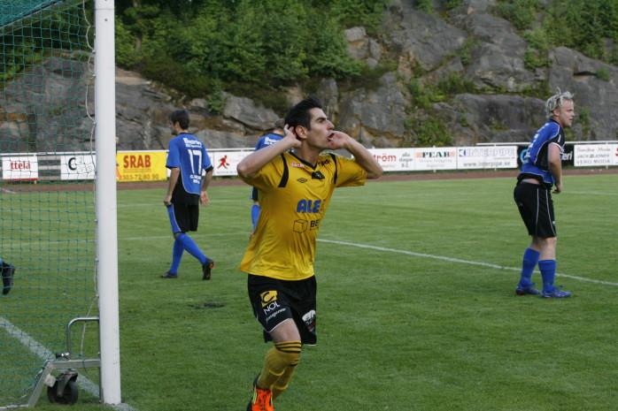 Moha Abdulrazek blev gulsvart derbyhjälte med sina två mål när AIF besegrade Edet FK med 3-1.