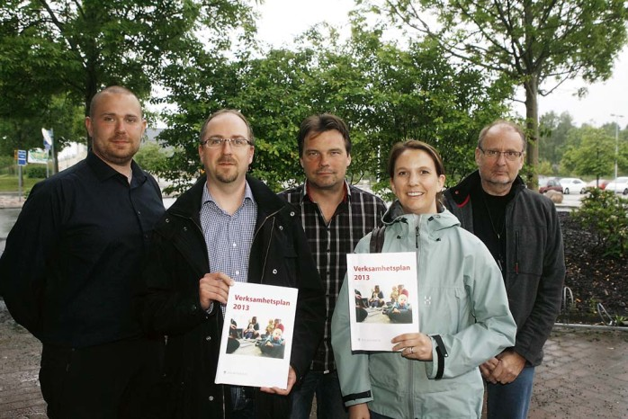 Oppositionen kallade till skillnad från Alliansen till presskonferens när budgetförslagen för 2013 presenterades. Från vänster: Johnny Sundling (V), Peter Rosengren (MP), Tyrone Hansson (S), Paula Örn (S) och Rolf Gustavsson (S).