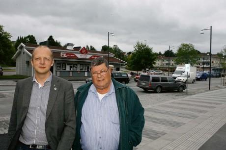 Kommunstyrelsens ordförande, Mikael Berglund (M), och Samhällsbyggnadsnämndens ordförande Jan A Pressfeldt (AD), har tillsammans med kollegor och ledande tjänstemän fastnat för SEFA Bygg AB:s förslag till att bebygga busstorget i Älvängen.