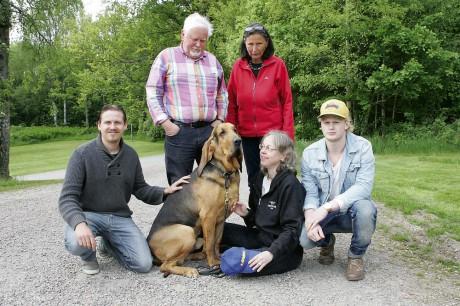 Värdefullt team. Karl-Erik Karlsson och Gerd Andersson har spårat personer med blodhund i över 30 år. Med i Spårhundsgruppen är Erik Bagge, Tine Högmark, Max Andersson och blodhunden Måns. Saknas på bild: Magnus Nilsson och hunden Ester.