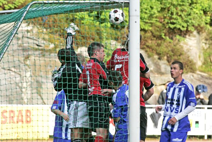 Hård kamp på Ekaråsen. Edet FK slog tillbaka IFK Trollhättan med 2-1.