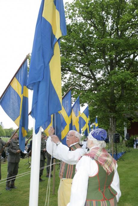 Den svenska flaggan hissas av Nils-Erik Silfversten.