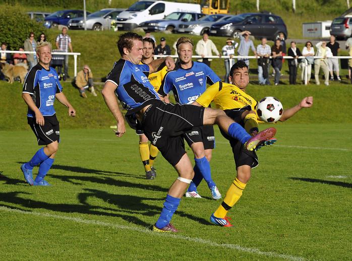 Onsdagens Göta älvdalsderby mellan Ahlafors IF och Edet FK blev en jämn och spännande drabbning, som slutade oavgjort 2-2. Här ses hemmalagets Raied Juma kämpa om bollen med gästernas anfallare Marcus Olsson.