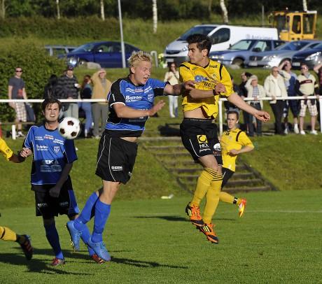 """Mohamad Abdulrazek slet förtjänstfullt på topp och var också den som ordnade Ahlafors 2-0-mål. Här vinner """"Moa"""" en duell med Christian Andersson, som ersatte skadade Joakim Berg i Edets mittförsvar."""