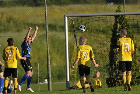 Martin Erlandsson sträcker armarna i skyn när han ser hur kvitteringsbollen till 2-2 letar sig in i nätmaskorna. AIF-spelarna deppar av förklarliga skäl.