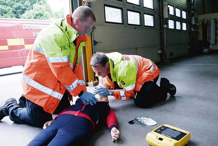 Brandmännen Stefan Haldin och Fredrik Löfqvist demonstrerar hur arbetet vid ett så kallat IVPA-uppdrag kan gå till.